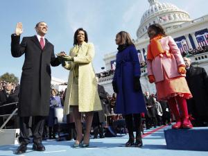 Barack Obama prête serment en présence de sa femme Michelle, et de ses filles, Malia et Sasha.