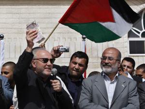 George Galloway brandit de l'argent qu'il remettra ensuite au ministre de l'Économie du gouvernement du Hamas, Ziad Al-Zaza, à Gaza, mardi.