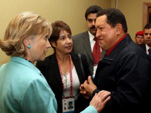 La secrétaire d'État américaine Hillary Clinton et le président vénézuélien Hugo Chavez.