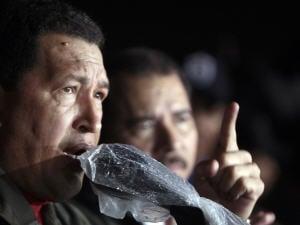 Hugo Chavez et Daniel Ortega (en arrière-plan) dénoncent le coup d'État au Honduras.