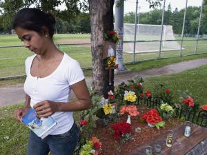 Wendy Villanueva est allée se recueillir à l'endroit où son frère Fredy est mort l'été dernier.
