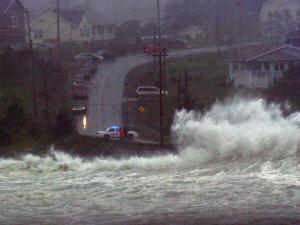 Un véhicule de la GRC à Cow Bay, en Nouvelle-Écosse, bloque la circulation sur une route côtière.