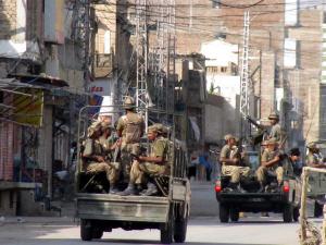 Des soldats pakistanais patrouillent les rues durant un couvre-feu dans la ville de Bannu, dans la région du Waziristan, le 17 octobre 2009.