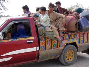Une famille pakistanaise quitte le Waziristan Sud, le 17 octobre.