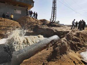 De l'eau contaminée fuit du réseau d'égouts à Zeitoun, dans la bande de Gaza, dans les jours suivant l'offensive Plomb durci.