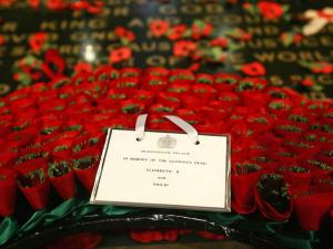 Une couronne de fleurs déposée à l'abbaye de Westminster avec la note : «À la mémoire de nos glorieux soldats morts au combat», de la part d'Élisabeth II et de Philippe.
