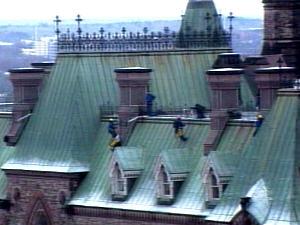 Des militants de Greenpeace ont grimpé sur le toit du Parlement pour installer une banderole.