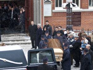 Le cercueil de Nick Rizzuto fils est porté hors de l'église.