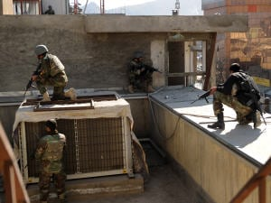 Un commando afghan prend ses positions devant un édifice gouvernemental.
