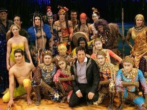 L'équipe d'artistes de «Totem» entoure Robert Lepage.
