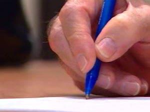 Crayon dans une main