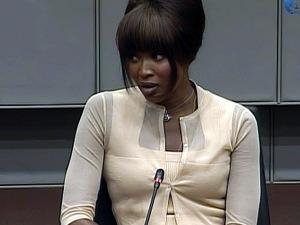 La mannequin britannique Naomi Campbell témoigne devant devant le Tribunal pénal international dans le cadre du procès de l'ancien président du Libéria Charles Taylor.