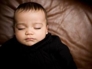 Un bébé dort