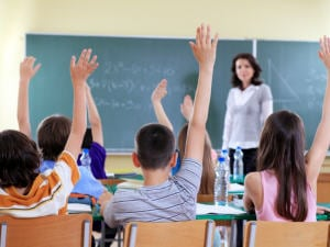 Des élèves lèvent la main.