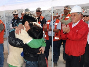 Le président Pinera applaudit la sortie de Carlos Bugueno, le 23e mineur secouru.