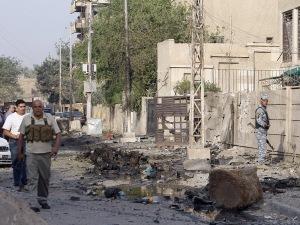 Les forces de sécurité irakiennes inspectent la scène de l'attentat.
