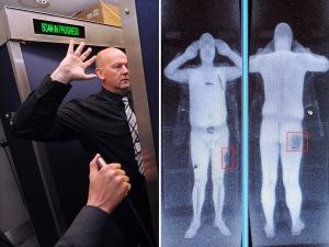 Un membre du personnel d'un aéroport de Manchester, en Angleterre, se soumet à l'analyse d'un scanner corporel à rayons X.