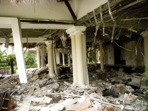 Le vestibule de l'hôtel a été lourdement endommagé.