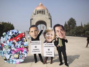 Des manifestants font une mise en scène à Cancun.