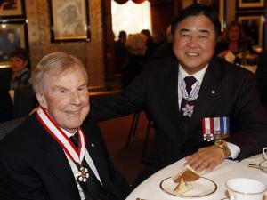 L'ancien premier ministre Sterling Lyon (à g.) reçoit la médaille d'officier de l'Ordre du Canada le 22 février 2010 des mains du lieutenant-gouverneur du Manitoba, Philip Lee.