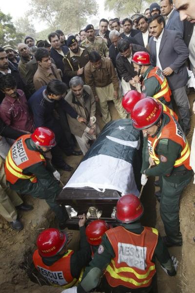 Le cercueil de Salman Taseer est porté en terre.