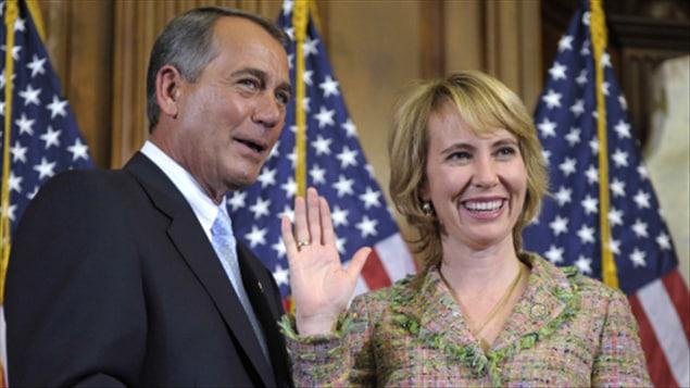 L'élue démocrate à la Chambre des représentants Gabrielle Giffords, lors de son assermentation, le 5 janvier 2011, avec le président de la Chambre, John Boehner