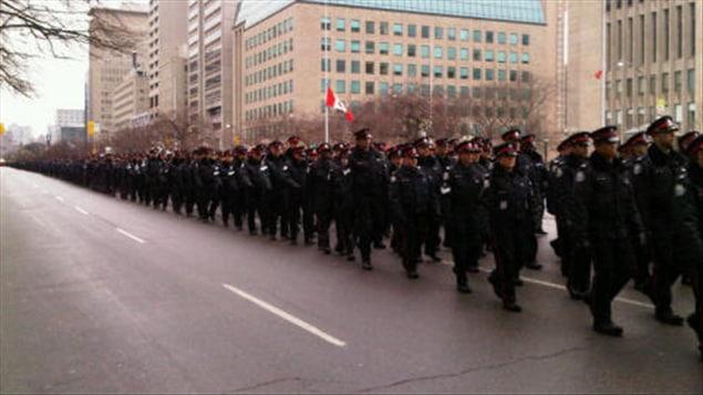 Les policiers marchent