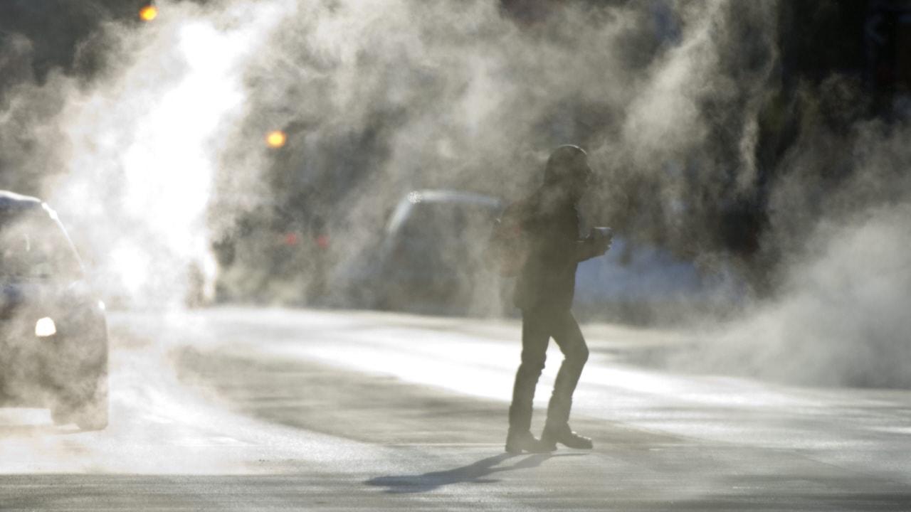 Un piéton traverse une rue de Montréal lundi.