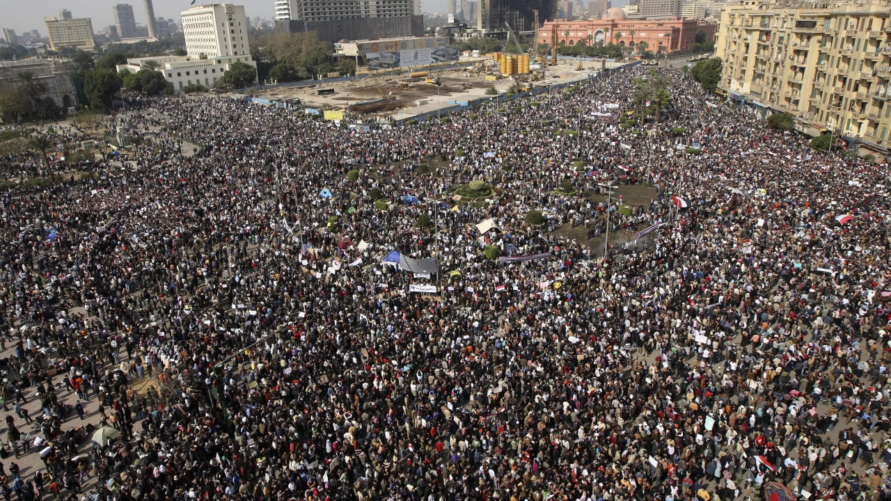 Des milliers de manifestants se massent à la place Tahrir.