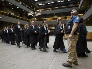 Des procureurs et des juristes ont tenu une manifestation silencieuse au palais de justice de Montréal, le 8 février 2011.