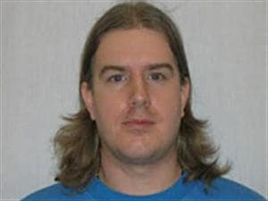 """Selon la PPO, Ashley Brent Crawford mesure 5'10"""", pèse 155 livres, a les cheveux bruns et les yeux bleus."""