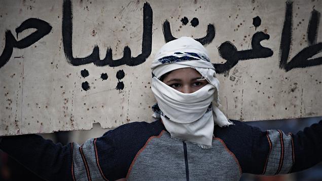 Un manifestant dans les rues de Derna en Libye