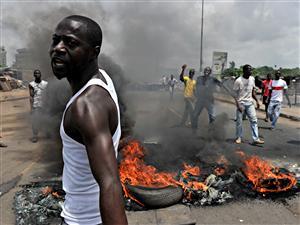 Des manifestants ont brûlé des pneus à Abidjan, où des forces fidèles à Laurent Gbagbo ont ouvert le feu sur des civils, le 3 mars.