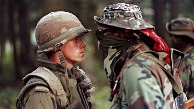 Une des images les plus marquantes de la crise d'Oka, prise le 1er septembre 1990. Le soldat Patrick Cloutier était resté stoïque devant les invectives du Warrior Brad Larocque, surnommé «Freddy Krueger».