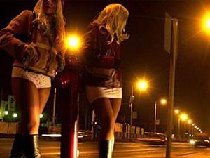 Deux prostituées dans la rue, la nuit