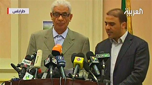 Le ministre libyen des Affaires étrangères, Moussa Koussa (à gauche) était accompagné d'un traducteur pour son annonce.