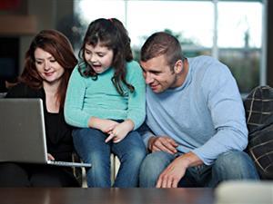 Une famille navigue sur le web.
