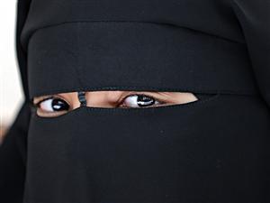 Une Française portant le niqab.