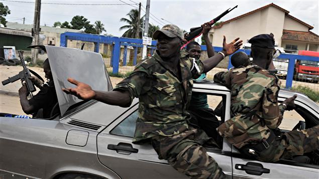 Des soldats de Ouattara célèbrent la capture de Laurent Gbagbo, à Abidjan