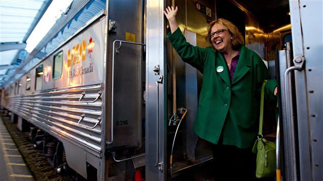 La chef du Parti vert, Elizabeth May, lors de sa tournée en train (Jasper, 17 avril 2011)