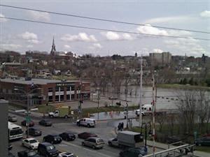 Le stationnement de la SAQ, au centre-ville de Sherbrooke, est complètement inondé.