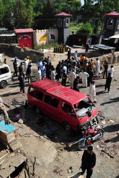Des responsables de la sécurité sont réunis sur le site de l'attentat.