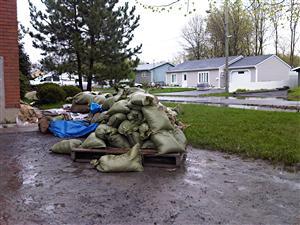 Des poches de sables pour atténuer l'effet des inondations dans la vallée du Richelieu.