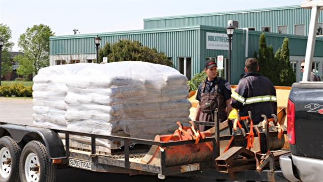 Des sacs de sable sont acheminés pour les sinistrés de Saint-Paul-de-l'Île-aux-Noix