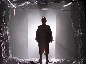 Un mineur dans une mine d'or