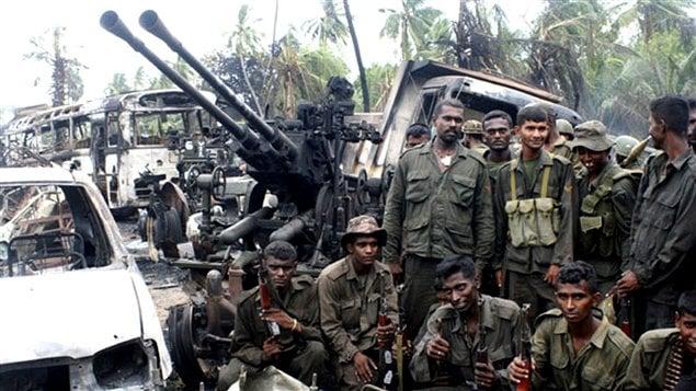 Des soldats sri-lankais posent pour les photographes après l'annonce de la mort du chef des rebelles tamouls le 18mai2009.