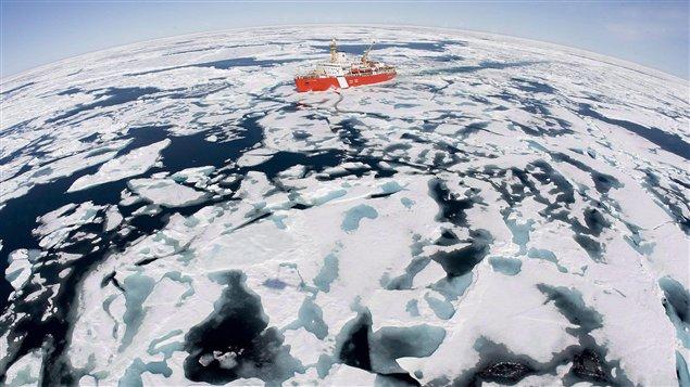 Le brise-glace canadien Louis-Saint-Laurent, lors d'une mission dans la baie de Baffin à l'été 2008.