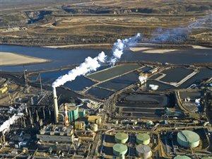 Raffinerie de sables bitumineux près de Fort McMurray en Alberta