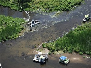 Les travaux de nettoyage se poursuivent sur la rivière Kalamazoo, au Michigan, le 13 juillet 2011.
