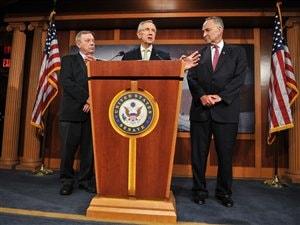 Le chef de la majorité démocrate du Sénat américain, Harry Reid, s'exprimait après un vote du Sénat sur le plan républicain de relèvement du plafond de la dette. Il est accompagné des sénateurs démocrates Dick Durbin  et Chuck Schumer.
